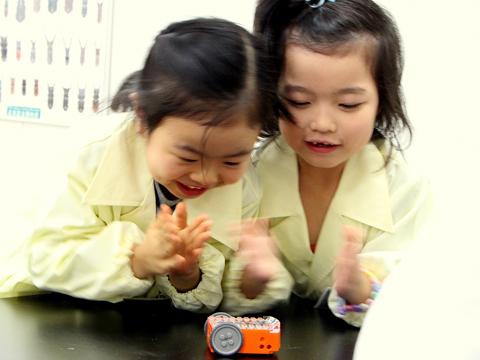 エディソン(Edison)で遊ぶ幼児の女の子2人の写真