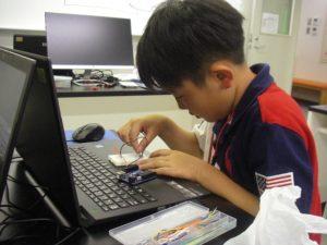 Blocklyduino(ブロックリードゥイーノ)でプログラミングする小学3年生