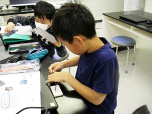 LEDの回路を作る小学5年生