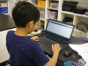 Arduino(アルドゥイーノ)でプログラミングする中学生
