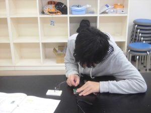 LEDを配線する高校生