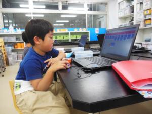 Edblocksでプログラミングする幼稚園児