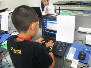 アルドゥイーノIDEでプログラミングする小学5年生
