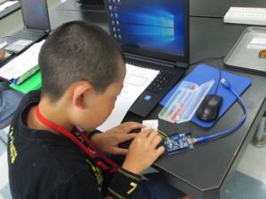 回路図を見ながら電子工作する小学6年生